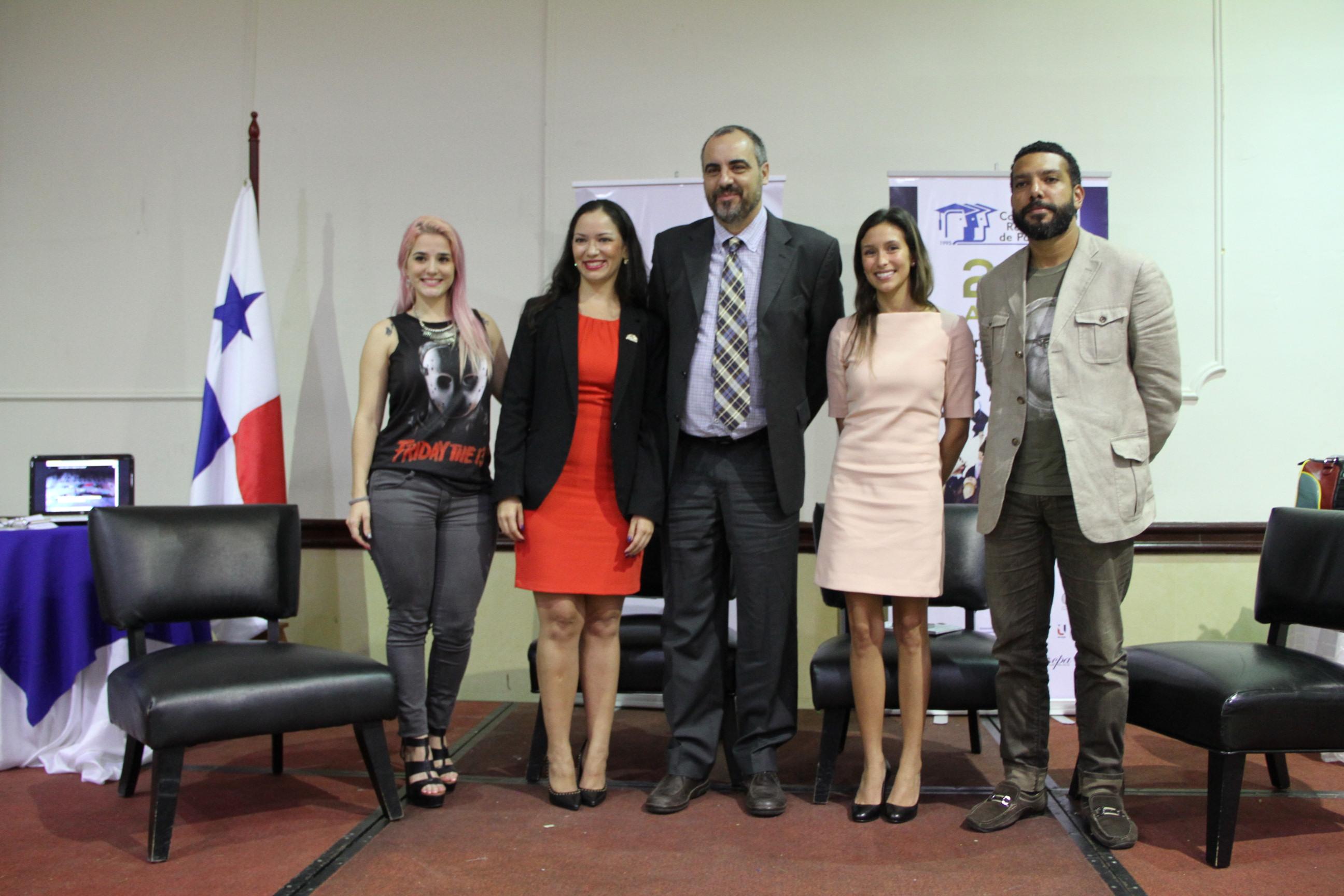 El profesor González, con emprendedores panameños y la directora nacional de medios de comunicación