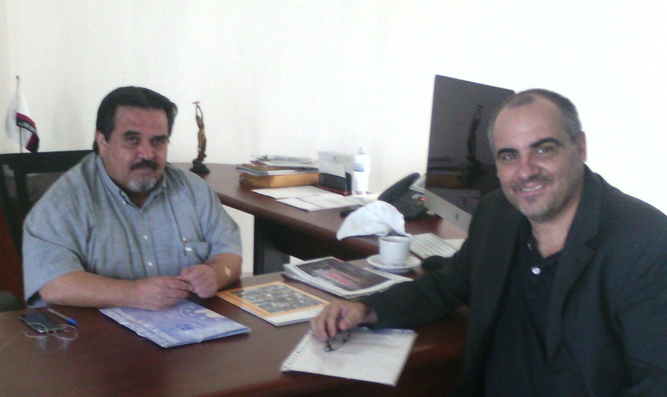 El Rector del CUCOSTA de la UdG, Marco Antonio Cortés y el profesor José Luis González