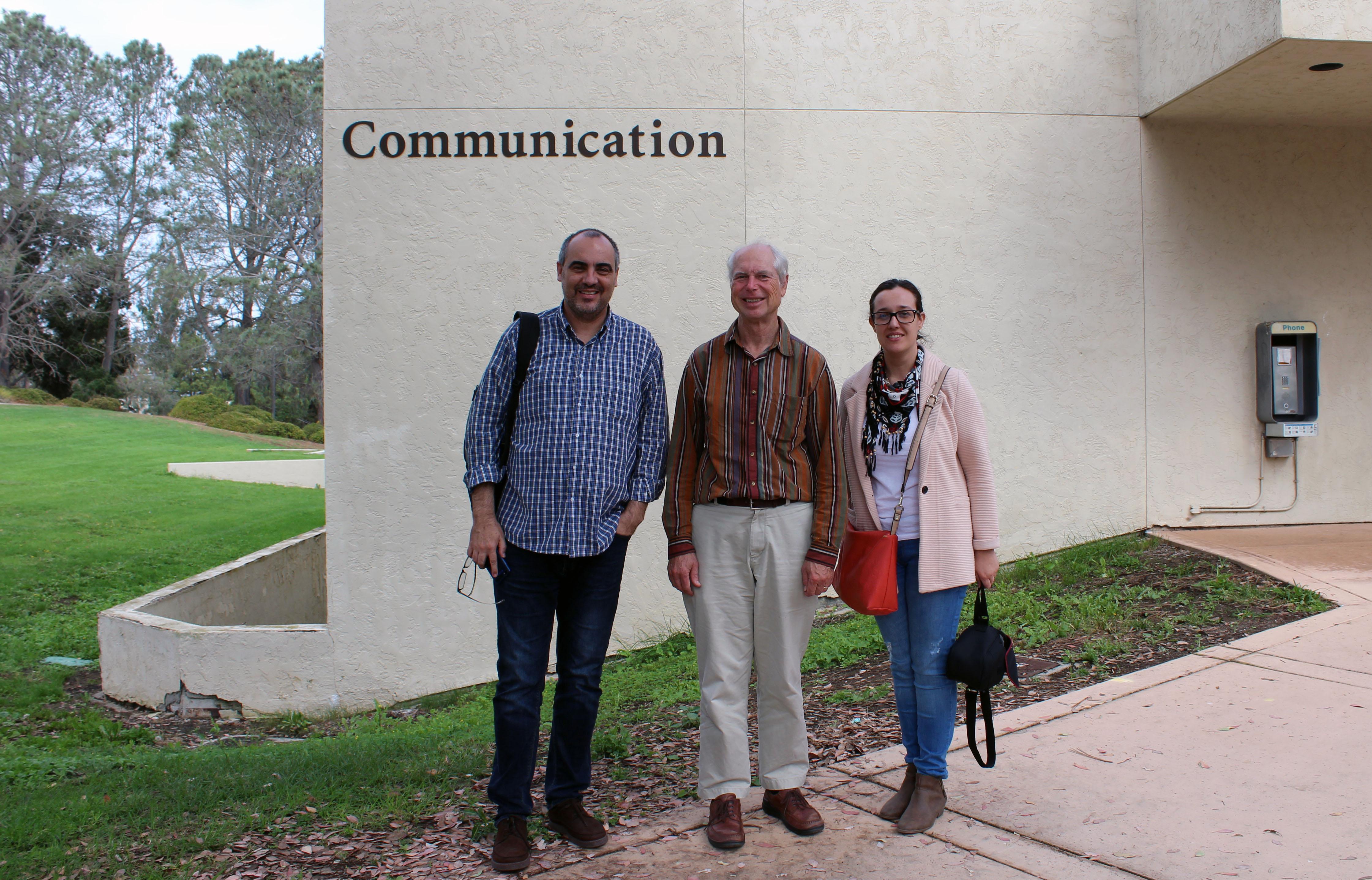 El profesor González en la UC San Diego con Dan Hallin y Carmen López.