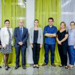 Micol acompañado de profesores de Biomedicina en la Universidad de FEEVALE