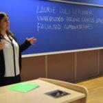 Laurie Loli Letellier presenta la UPC a estudiantes.